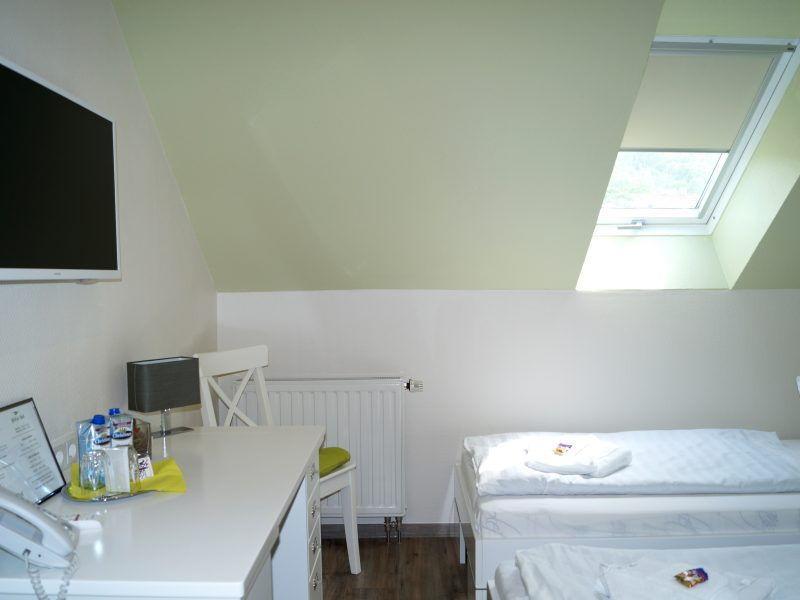 Schreibtisch Zweibettzimmer Regiohotel Pfälzer Hof Wernigerode