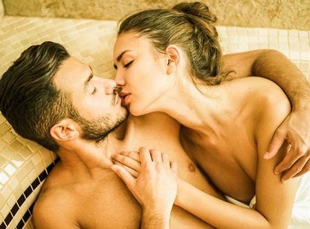 Kuss im Wellnessbereich