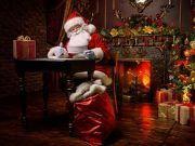 Weihnachtsmann sitzt am Schreibtisch