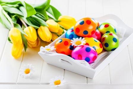 gepunktete Ostereier mit Tulpen
