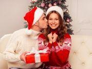 Weihnachtskuss und Geschenk