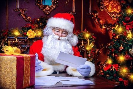 Weihnachtsmann liest Brief