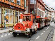 Bimmelbahn fährt durch die Innenstadt von Wernigerode