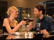 Pärchen beim Anstoßen mit Wein