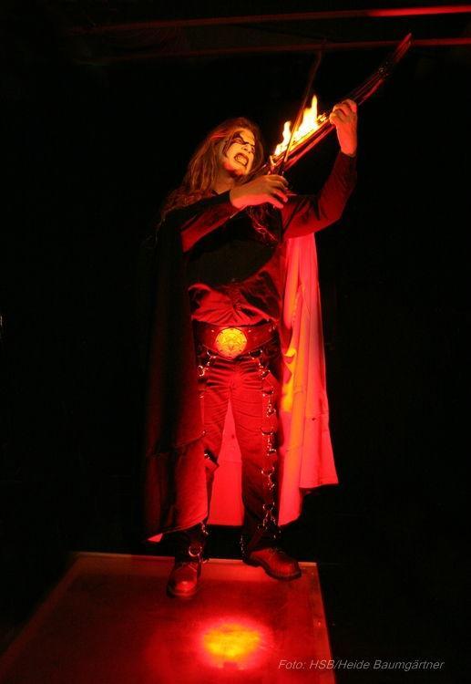 Mephisto mit Buch - Faust die Rockoper